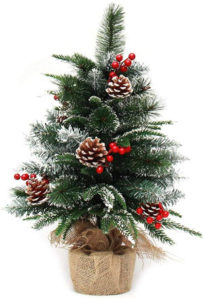 セイヨウヒイラギの実が飾ってあるクリスマスツリー