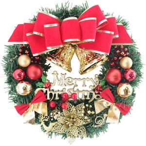 大きな赤い実が飾ってあるクリスマスリース