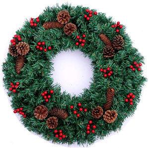 セイヨウヒイラギの実が飾ってあるクリスマスリース